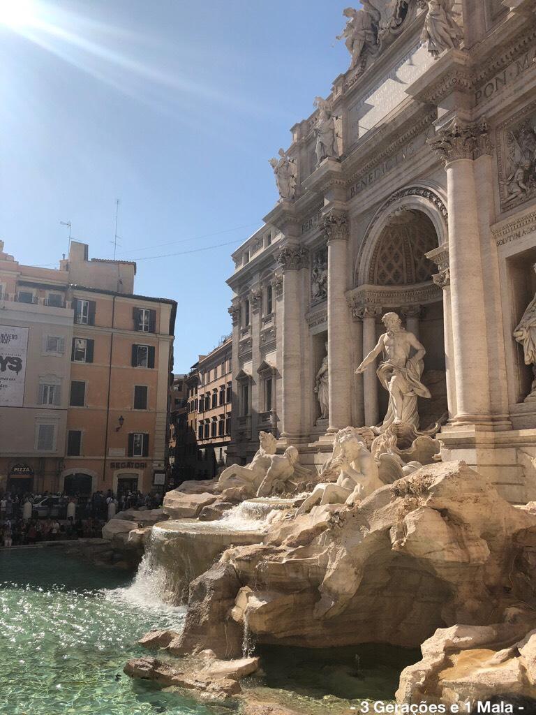 Fontana di Trevi lateral